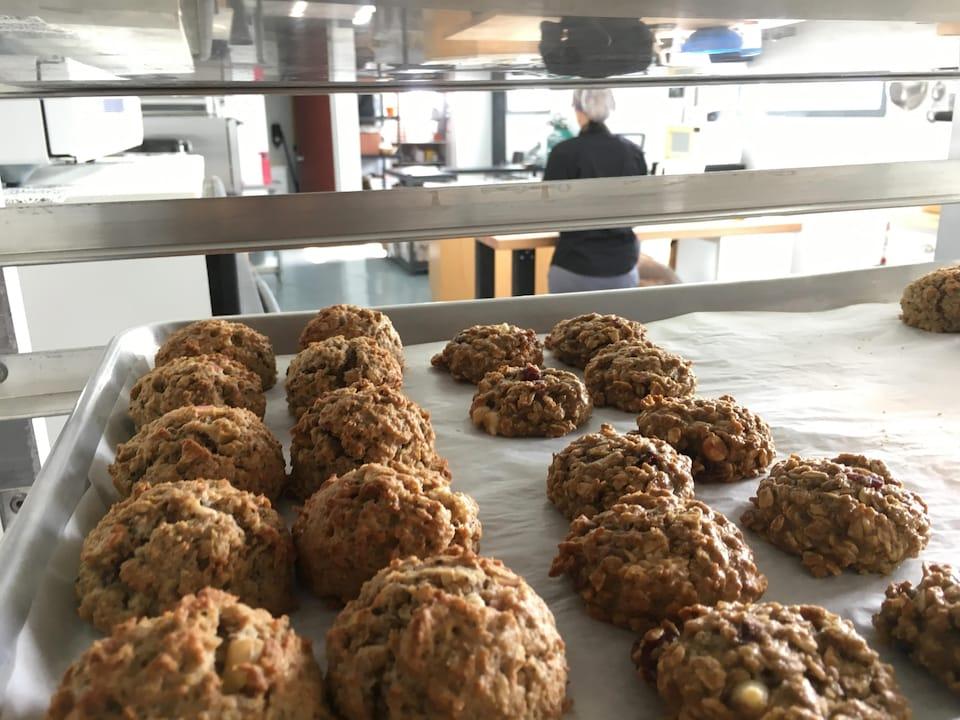 La propriétaire prépare environ 1000 biscuits chaque jour.