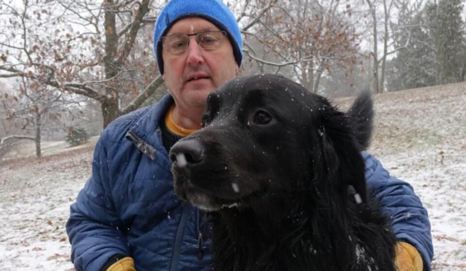 Blair Tucker avec son chien Buddy.