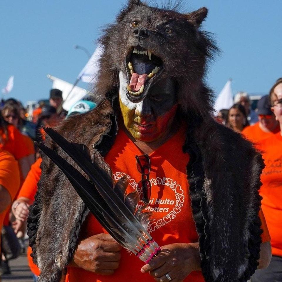 Le chef Vern Janvier porte un maquillage et une peau d'ours en guise de couronne.