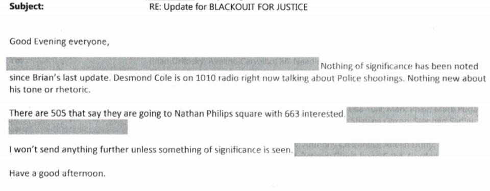 Un policier dit essentiellement qu'il écoute desmond cole et son émission de radio et fait des commentaires sur le ton et la rhétorique de cole