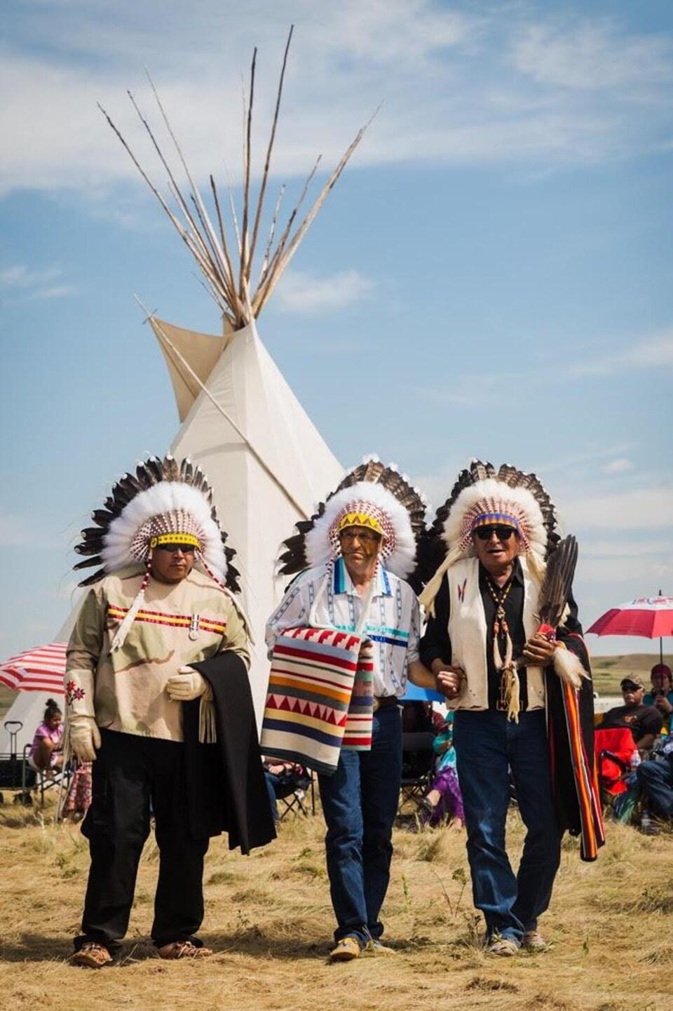 Le président-directeur général de la pétrolière Tamarack Energy Brian Schmidt (au centre) a été nommé chef honoraire de la Première Nation Blood Tribe, dans le sud de l'Alberta.