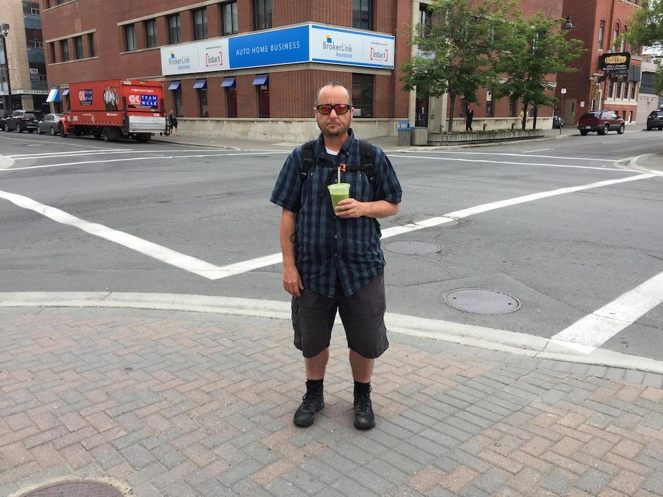 Photo de Bobbi Aubin qui s'identifie comme un homme trans, métis et deux-esprits