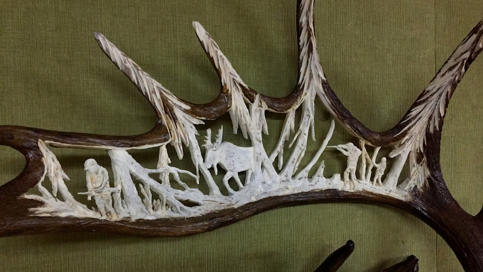 Photo de la sculpture avec des scènes de chasse