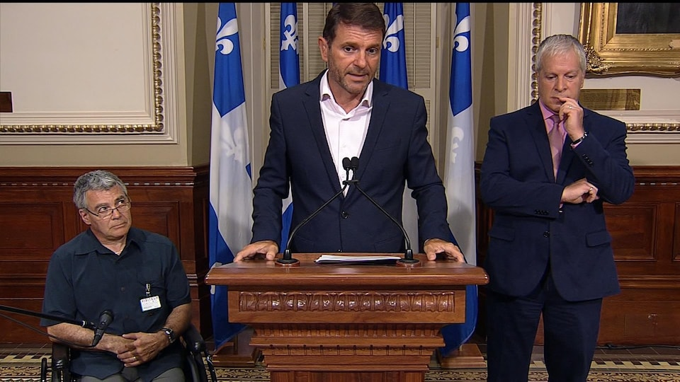 Les députés caquistes François Bonarel (centre), François Paradis (droite) et M. Yvon Cournoyer.