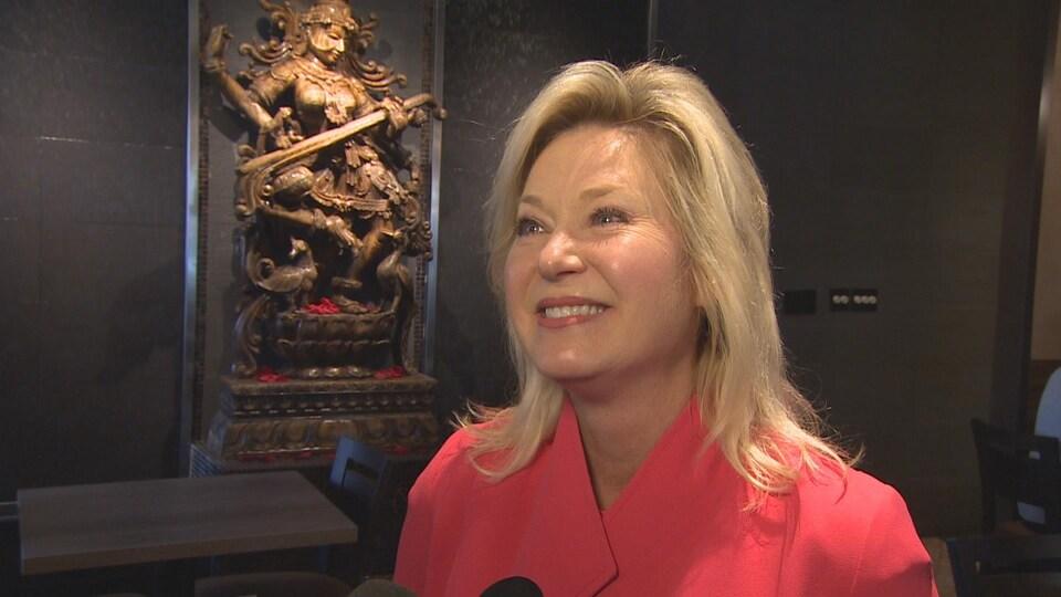 Une femme en entrevue avec un journaliste