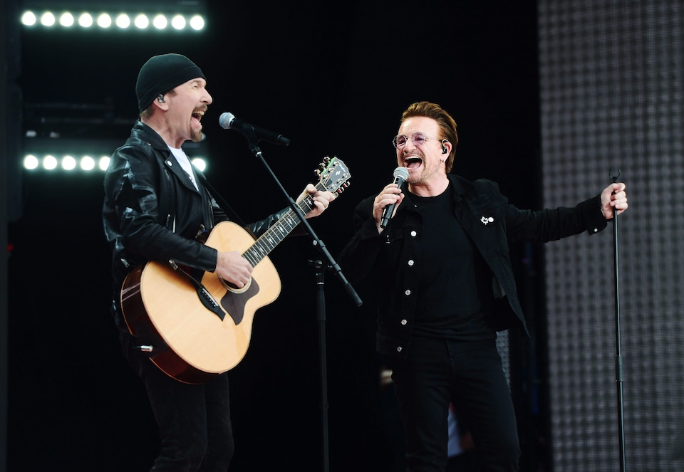 Bono et The Edge du groupe U2 chantent le succès « One ».