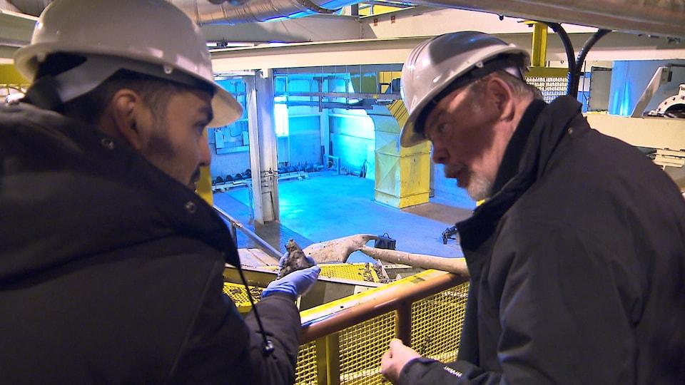 Richard Fontaine, le directeur de la station d'épuration, montre la boue produite une fois que les eaux usées sont nettoyées.