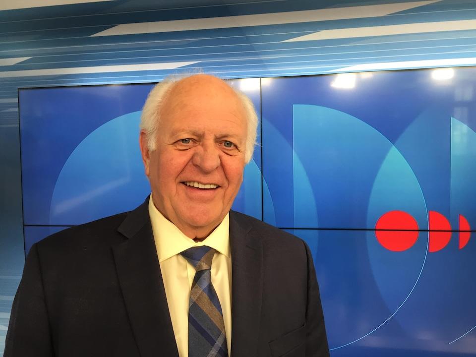 William Bourque dans le studio de télévision d'ICI Acadie.