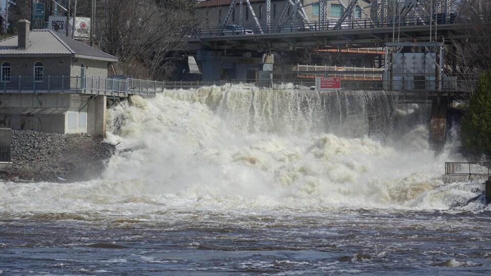 Photo d'un barrage sur une rivière