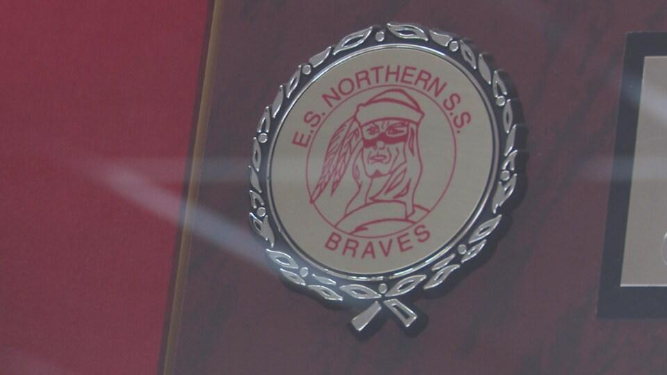 Un visage d'un autochtone sert d'emblème aux équipes sportives des écoles secondaires francophone et anglophone Northern.