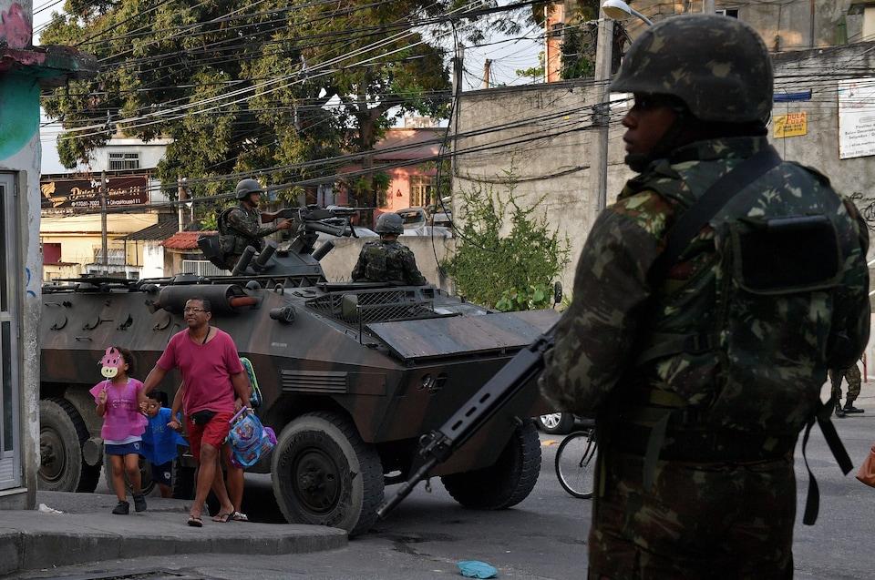 Un tank militaire et des soldats dans une favela de Rio de Janeiro