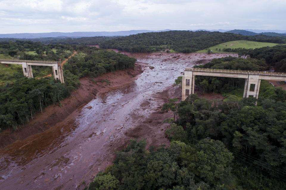 Une vue aérienne d'un pont effondré après une inondation déclenchée par l'effondrement d'un barrage près de Brumadinho, au Brésil, le vendredi 25 janvier 2019.