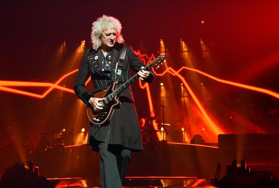 Brian May sur scène avec sa guitare.