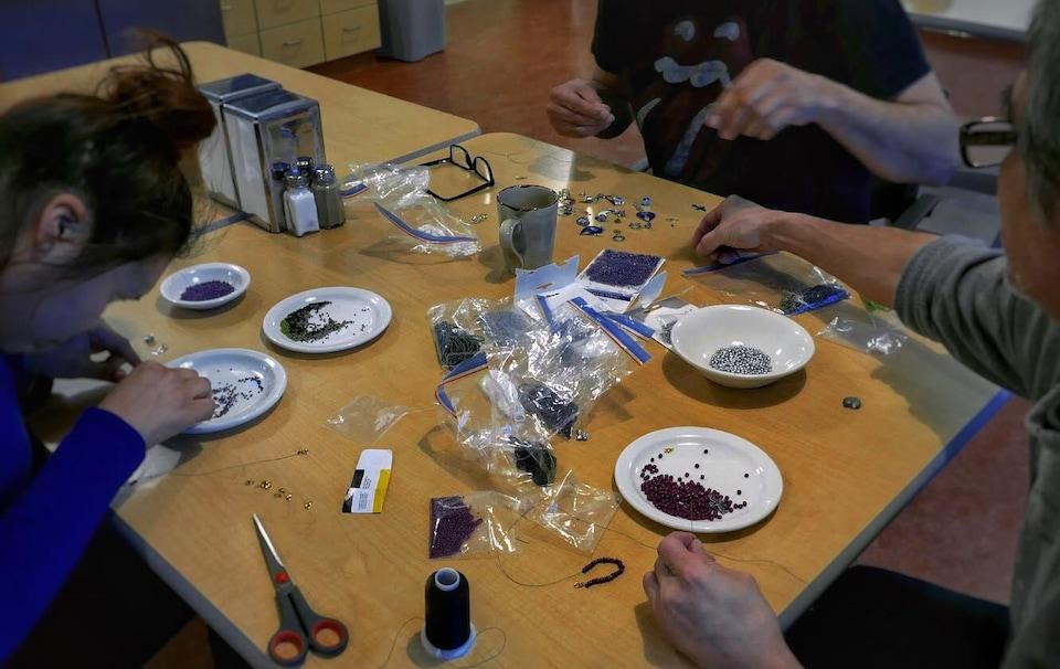 Trois personnes prennent part à un atelier de bricolage.
