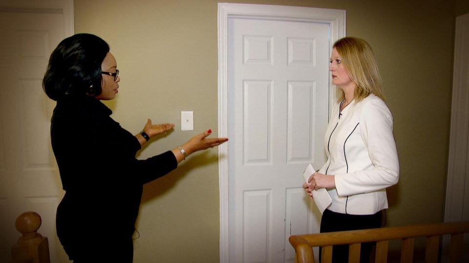 Marie-Flore Kapamba montre la chambre qu'elle a préparé pour sa mère.