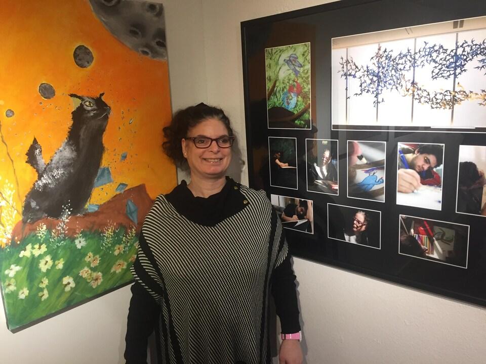 On voit Mme Brissette qui sourit à la caméra, à côté de son oeuvre.