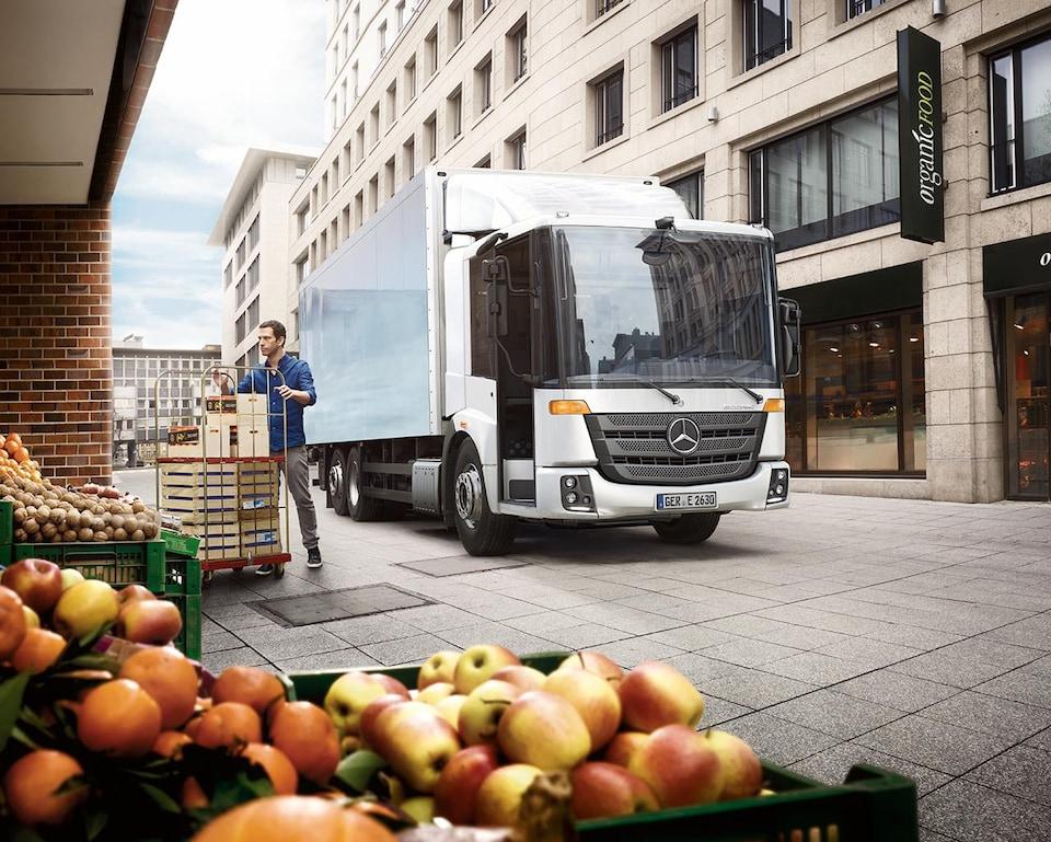 Un camion circule dans une ruelle