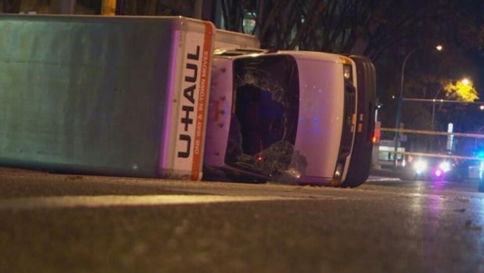 Un camion a été renversé au terme d'une course-poursuite entre la police et le suspect d'un acte terroriste à Edmonton.