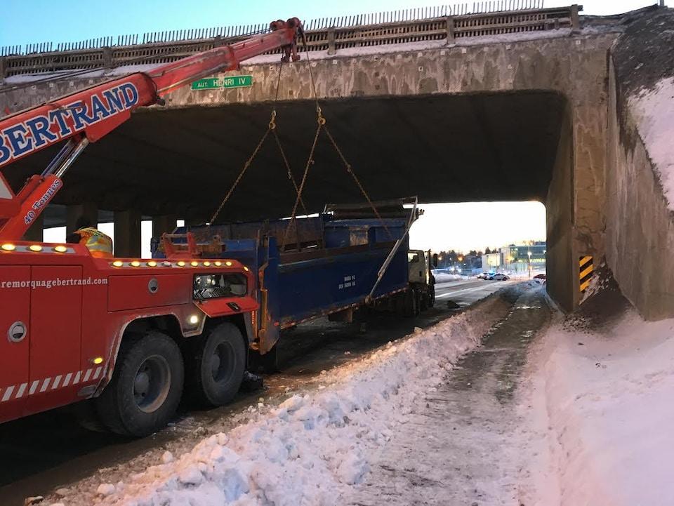 L'incident a forcé la fermeture du boulevard Versant-Nord pendant plusieurs minutes.