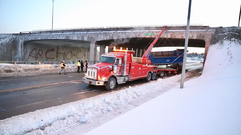 Une remorqueuse déplace le camion.