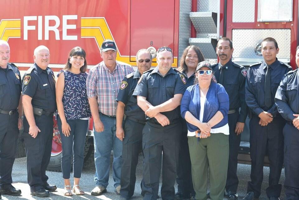 Photo de groupe devant un camion de pompier.