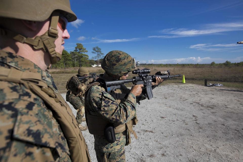 Des militaires s'entraînent dans un champ de tir à Camp LeJeune.