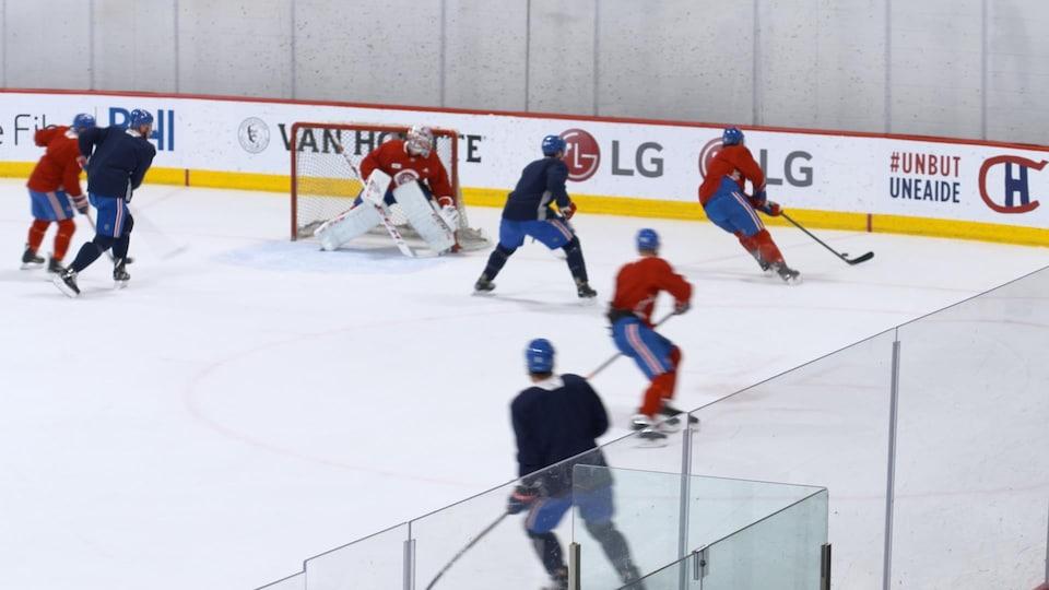 On voit des joueurs du Canadien à l'entraînement.