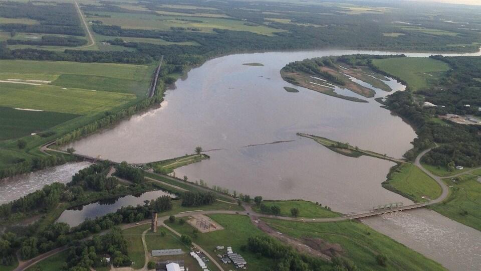Le candal de dérivation de Portage avec la rivière Assiniboine à gauche