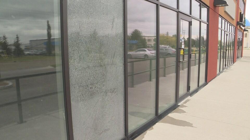 La vitrine brisée du local de la future entreprise Daikoku au sud d'Edmonton.
