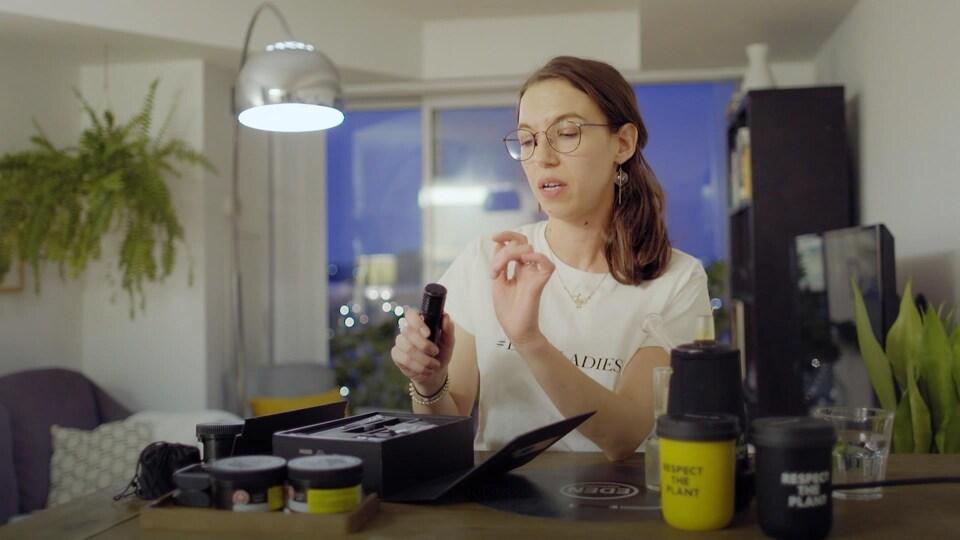 Une femme utilise un vaporisateur de cannabis