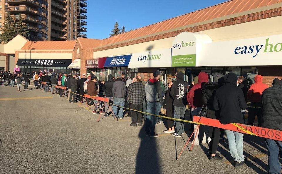 Des clients font la queue devant un magasin de cannabis de Calgary, en Alberta.