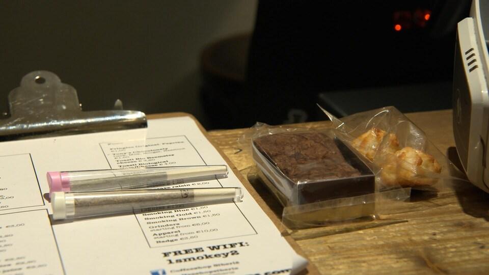 Des joints de cannabis et des gâteaux à base de cannabis, dans un «coffee shop» d'Amsterdam.