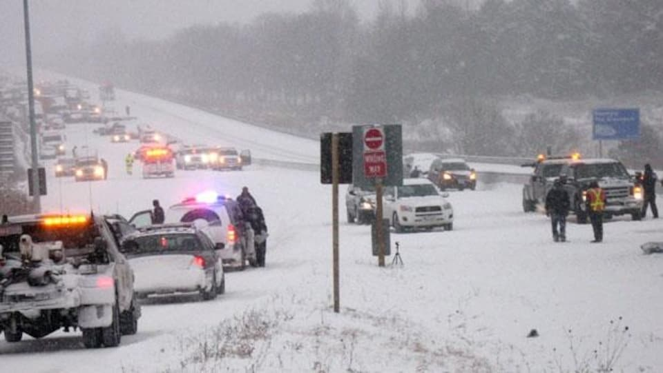 Carambolage du 25 janvier 2013 en Ontario dans la neige et en plein hiver, la police provinciale est sur place