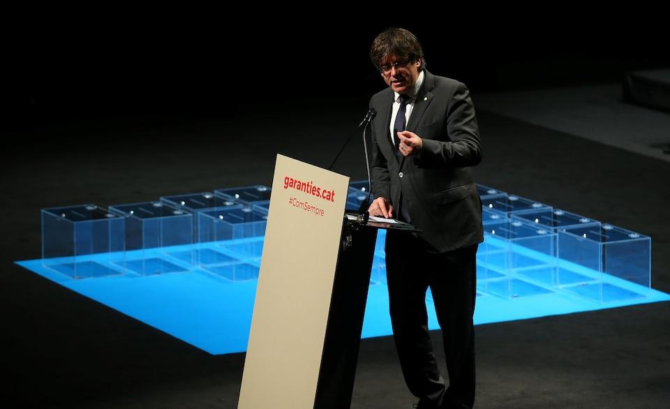 Carles Puigdemont, président séparatiste de Catalogne, s'adresse aux élus quant au projet d'indépendance de la région.