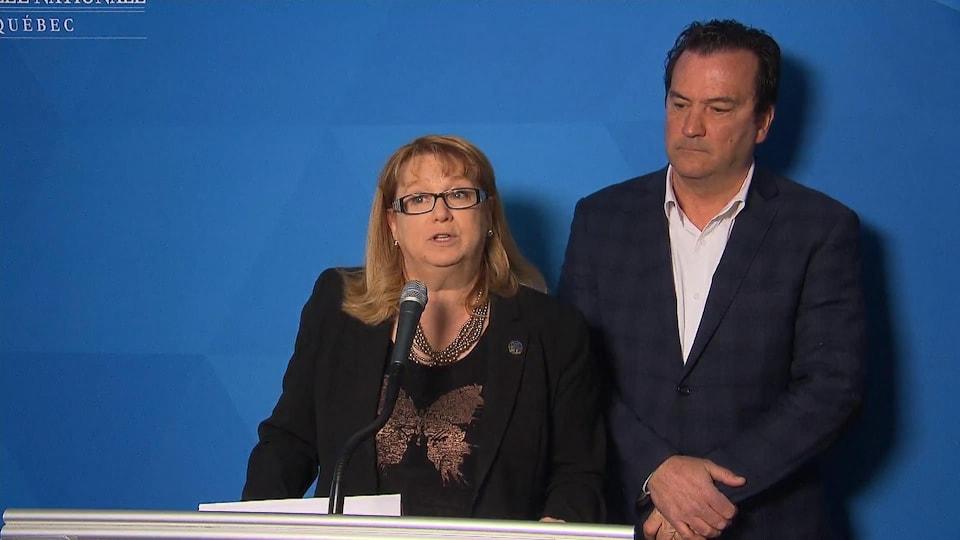 La leader parlementaire adjointe du Parti québécois, Carole Poirier parle aux journalistes.