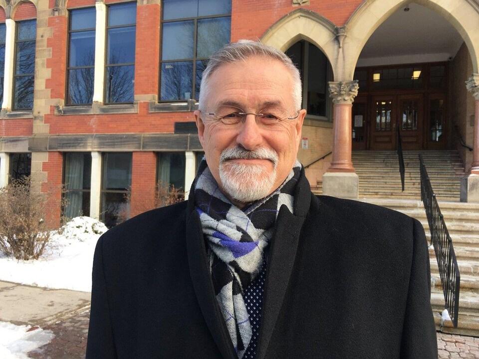 Michel Carrier devant le palais de justice de Fredericton