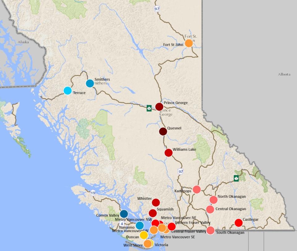 Une carte de la Colombie-Britannique avec des points de couleurs. Quesnel est actuellement la région où le risque est le plus élevé.