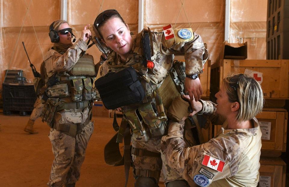 Trois soldates se préparent pour une mission au Camp Castor, à Gao.