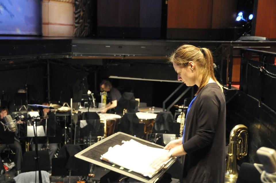 La chef d'orchestre Dina Gilbert en pleine préparation avant la représentation.