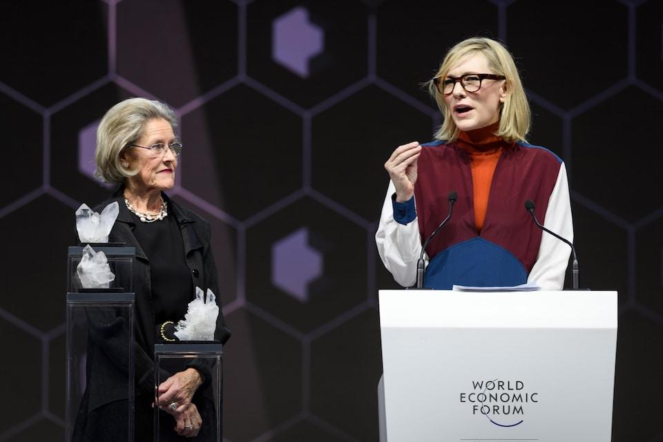 Cate Blanchett s'exprime sur une scène, derrière un lutrin.