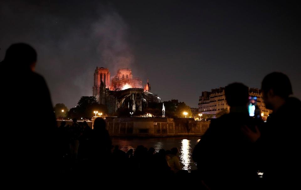 Nuit blanche pour les Parisiens inquiets et tristes pour leur cathédrale