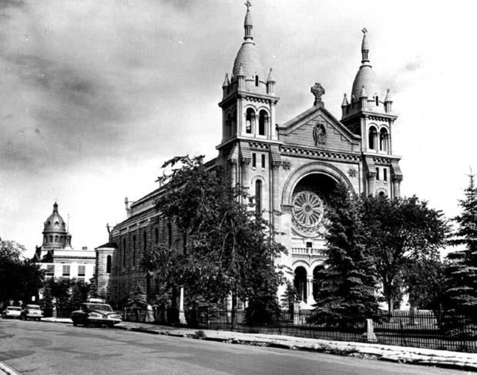 Une grande cathédrale avec deux flèches et une rotonde.