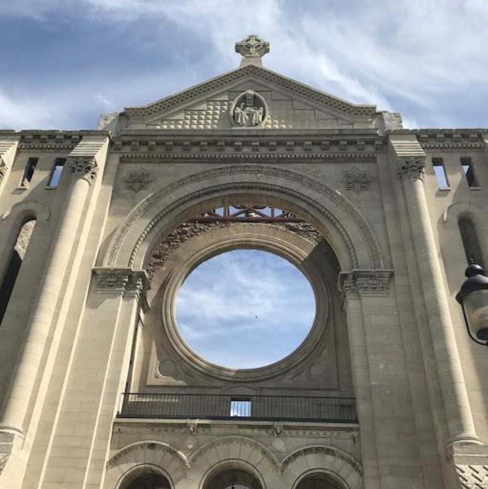 Gros plan sur un mur de la cathédrale Saint-Boniface