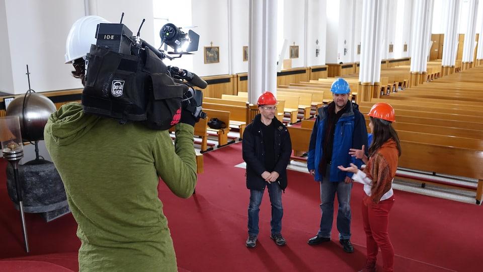 La journaliste Julie Tremblay s'entretient avec Kurt Vignola, professeur d'histoire au Cégep de Rimouski, et Jean-René Thuot, professeur au Département des lettres et humanités à l'UQAR, devant la caméra de François Gagnon.