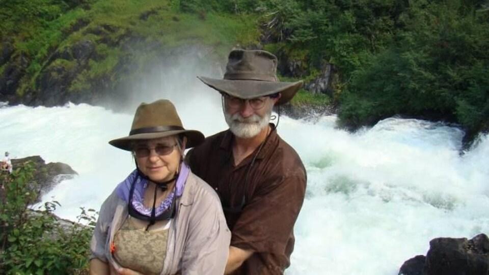 Cecilia Bernadette Chmura et son mari, David Dunn, sont photographiés devant une rivière.