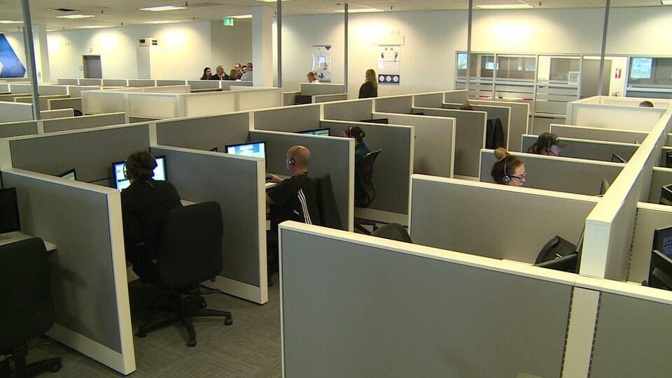 Photo de personnes au téléphone dans des espaces de travail de bureau