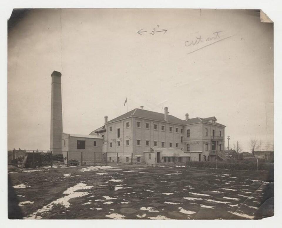 Un vieux bâtiment sur une photo noir et blanc.