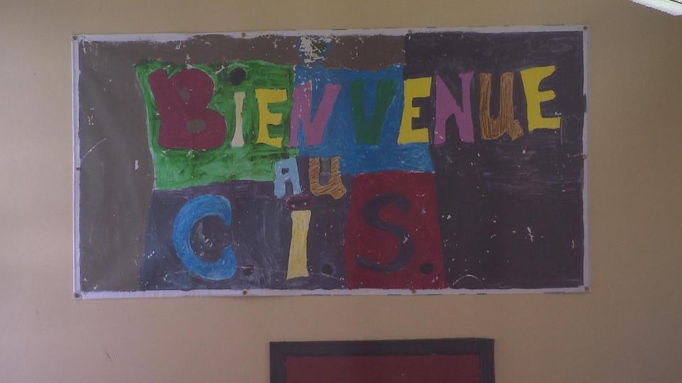 Une pancarte où on peut lire : «Bienvenue au CIS».