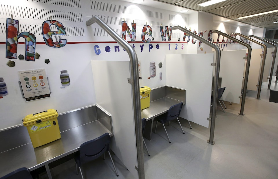 Des boxes d'injection vides dans un centre d'injection supervisée.