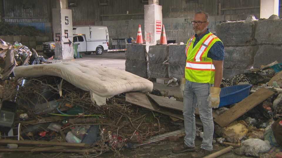 Une pile de déchets contenant un matelas et des branches d'arbre.